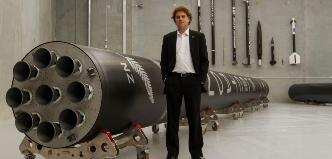 Peter Beck, szef Rocket Lab, i rakieta Electron / Credit: Rocket Lab