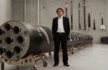 Peter Beck, szef Rocket Lab, i rakieta Electron / Credit: Rocket Lab