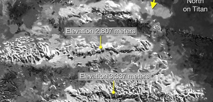 Zobrazowanie pasm górskich na Tytanie wśród których zlokalizowano kandydata na najwyższy szczyt. Przedstawione zdjęcie przeszło obróbkę, której efektem jest czystszy i łatwiejszy w interpretacji obraz z instrumentu radarowego misji Cassini / Źródło: NASA/JPL-Caltech/ASI
