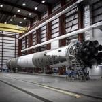 Odzyskany po starcie 21 grudnia pierwszy stopień rakiety Falcon 9 w hangarze firmy . Źródło: SpaceX