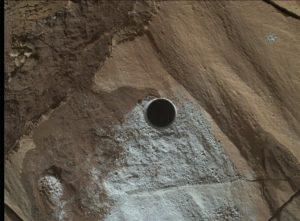"""Jedno z ostatnich wierceń wykonanych przez MSL u podnóża Mt Sharp, w obszarze o nazwie """"Lubango"""" / Credits - NASA, USGS"""