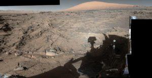 Łazik Curiosity spogląda ku Mt Sharp (po prawej stronie zdjęcia). Obraz uzyskany 4 kwietnia 2016 / Credits - NASA/JPL-Caltech/MSSS
