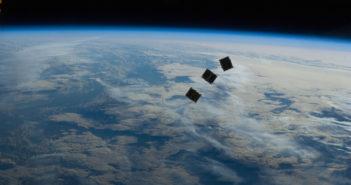 Trzy zminiaturyzowane satelity (CubeSat) uwolnione z ISS. Tego typu satelity byłyby wynoszone przez małą rakietę Airbusa / Credits - NASA