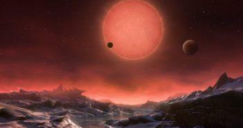 Wizja artystyczna ultra-chłodnego karła TRAPPIST-1 widzianego z powierzchni z TRAPPIST-1d / Credits -ESO/M. Kornmesser