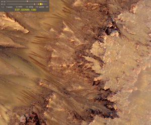Zdjęcie ukazujące nowo powstałe ciemne obszary, które mogą mieć związek z płynącą wodą. Po pewnym czasie te struktury przybierają barwę podobną do otoczenia, co sugeruje ucieczkę wody / Credits - NASA/JPL-Caltech/Univ. of Arizona