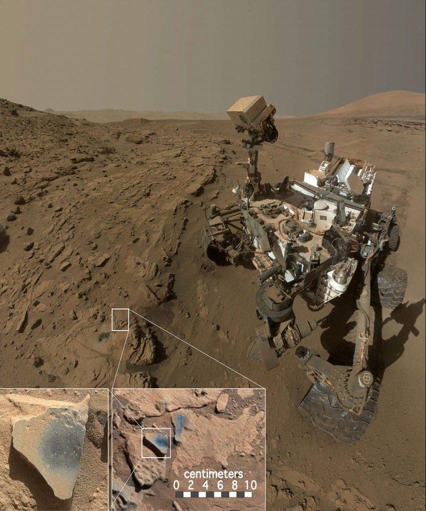 Łazik Curiosity badający formację Kimberley w kraterze Gale na Marsie. Przed łazikiem widoczne są dwa otwory wywiercone przez instrument do pobierania próbek i kilka ciemniejszych punktów, które zostały oczyszczone z pyłu. Źródło: MSSS/JPL/NASA