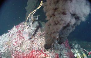 Badanie (ziemskiego) komina hydrotermalnego, wokół którego rozwijają się różne formy życia / Credits - NOAA Pacific Marine Environmental Laboratory