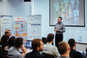 Zespoły prezentują projekty podczas Finału Preparation Camp/ Źródło: Michał Skotarcz