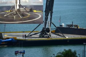 Pierwszy stopień na platformie ASDS tuż po lądowaniu oraz po wpłynięciu do Portu Canaveral / Credits: SpaceX oraz Florydziak