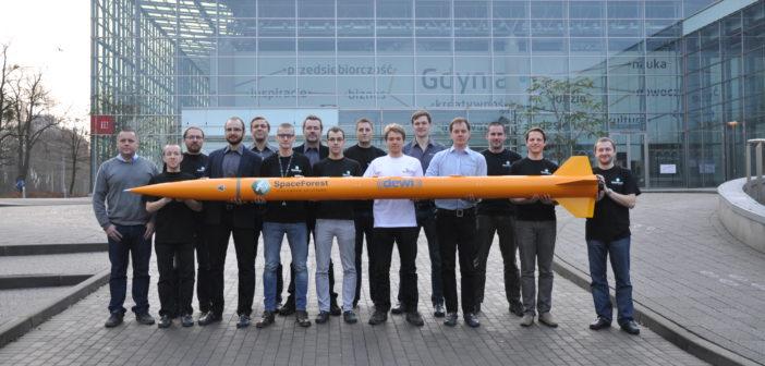 Zespół badawczy firmy SpaceForest z rakietą Candle-2 / Credits: SpaceForest