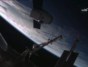 Pojazd Dragon misji CRS-9 w pobliżu Międzynarodowej Stacji Kosmicznej (NASA TV)