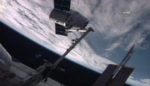 Pojazd Dragon tuż po przechwyceniu przez ramię manipulatora Międzynarodowej Stacji Kosmicznej (NASA TV)