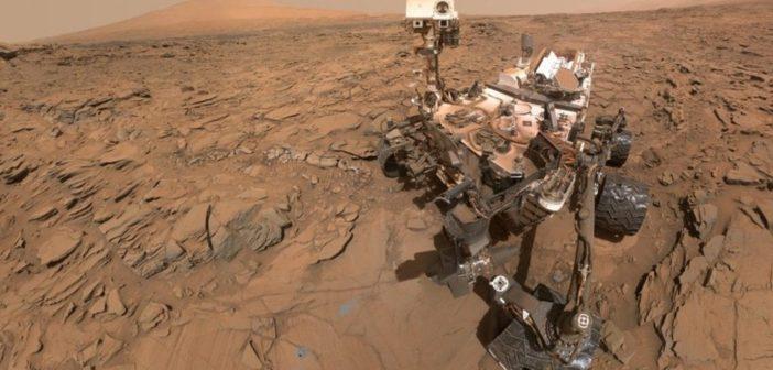 Powyższy portret łazika Curiosity wykonany 11 maja 2016 roku przedstawia pojazd w miejscu odwiertu Okoruso na równinie Naukluft u podstaw Mount Sharp. Zdjęcie jest mozaiką powstałą z wielu ujęć wykonanych za pomocą zamontowanej na wysięgniku kamery MAHLI (Mars Hands Lens Imager). Źródło: NASA/JPL-Caltech/MSSS