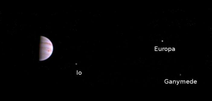 Kolorowe zdjęcie wykonane za pomocą kamery JunoCam to jedno z pierwszych zdjęć wykonanych przez sondę Juno po wejściu na orbitę wokół Jowisza w dniu 4 lipca 2016 r. Samo zdjęcie potwierdza, że kamera JunoCam przetrwała przejście przez silne pasy radiacyjne wokół planety i jest gotowa do wykonywania zdjęć gazowego olbrzyma w toku misji Juno. Zdjęcie zostało wykonane 10 lipca 2016 r o godzinie 5:30 UTC, gdy sonda znajdowała się 4,3 mln km od Jowisza. Źródło: NASA/JPL-Caltech/SwRI/MSSS