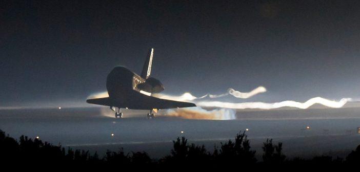 Prom Atlantis ląduje po misji STS-135 - koniec programu wahadłowców / Credits - NASA