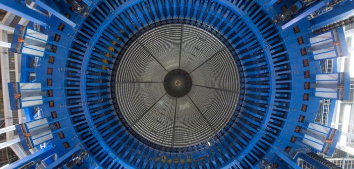 Prace montażowe przy zbiorniku na ciekły wodór, niebieskie elementy należą do robota spawalniczego (NASA/Michoud/Steven Seipel)