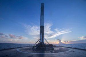 Pierwszy stopień Falcona 9R w trakcie powrotu do portu Canaveral / Credits - SpaceX