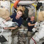Astronauci Kate Rubins i Jeff Williams przygotowują się do spaceru EVA-36 / Credits - NASA