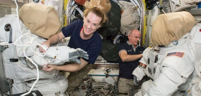 Astronauci Kate Rubins i Jeff Williams przygotowują się do spaceru EVA-36 / Credits - NASA