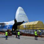 Załadunek satelity Intelsat 33E na pokład samolotu transportowego (Intelsat)
