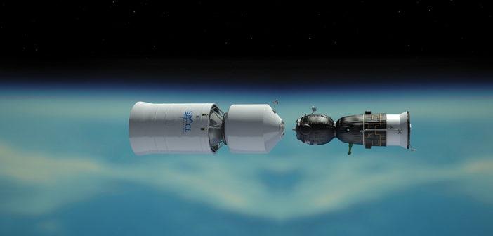 Statek Sojuz cumuje do dodatkowego habitatu, zbiornika paliwa oraz silnika potrzebnym do lotu wokółksiężycowego / Credits: Space Adventures