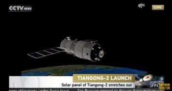 Grafika prezentująca Tiangong-2 na orbicie, z rozłożonymi panelami słonecznymi / Credits - CCTV