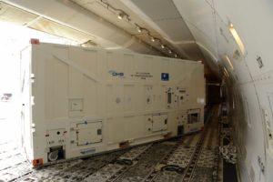 Rozładunek satelity Galileo z pokładu Jumbo Jeta / Credit: ESA - P. Muller