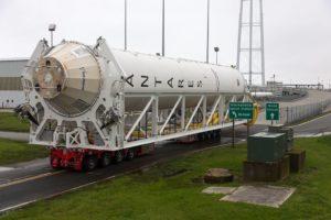 Pierwszy stopień rakiety Antares 230 w drodze na wyrzutnię na Wallops /Credits: NASA