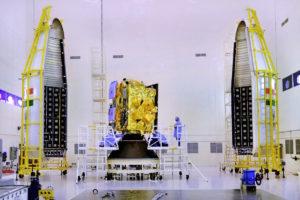 Zamykanie satelity Insat 3DR w ładowni rakiety GSLV Mk 2 / Credit: ISRO