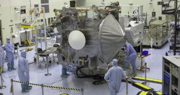 OSIRIS-REx w trakcie montażu / Credit: NASA