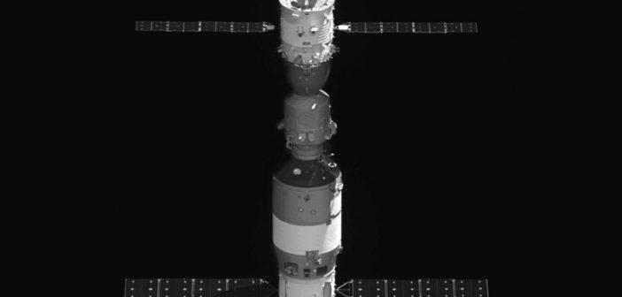 Jedno z opublikowanych zdjęć TG-2 i Shenzhou-11 z BX-2 (małego satelity krążącego przez pewien czas w pobliżu TG-2) / Credits - CNSA