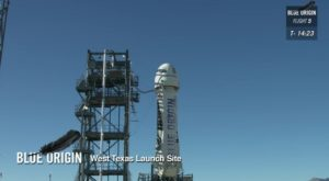 Rakieta i kapsuła New Shepard na stanowisku startowym / Credits: Blue Origin