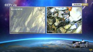 Widok na Ziemię z Shenzhou-11 i na dwóch tajkonautów biorących udział w tej misji / Credits - CCTV
