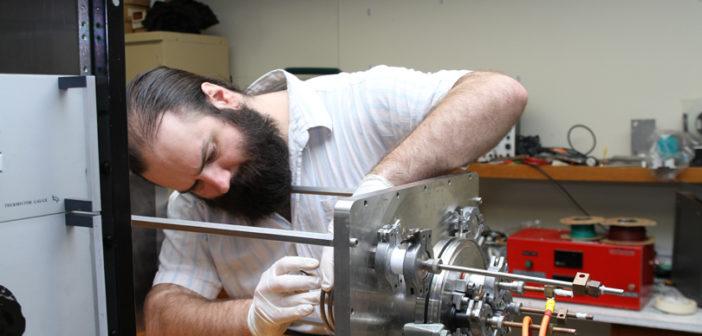 Paddy Neumann pracuje nad silnikiem jonowym / Credits: Neumann Space