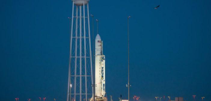 Rakieta Antares 230 na stanowisku startowym (zdjęcie z października 2016). Tę rakietę zaprojekowała i zbudowała firma Orbital ATK / Credits: NASA, Bill Ingalls