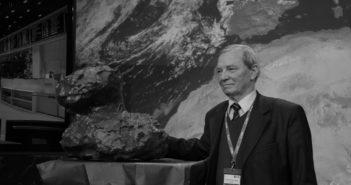 Klim Czurimow obok modelu komety 67P / Credits - ESA