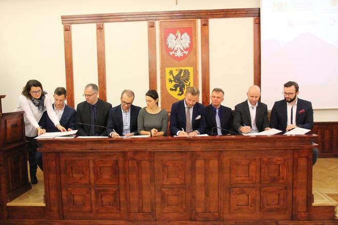 Podpisywanie listu intencyjnego / Źródło: Sławomir Lewandowski