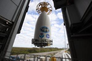 GOES-R wewnątrz owiewki aerodynamicznej, przed instalacją z rakietą Atlas V / Credits - NASA, NOAA