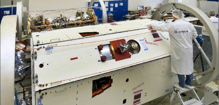 Pierwszy z satelitów GRACE-FO przygotowywany do transportu w pomieszczeniu czystym w zakładach Airbusa we Friedrichshafen / Credit: Airbus DS, A. Ruttloff