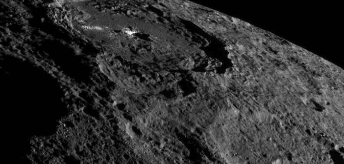 Zdjęcie przedstawiające obszar leżący w pobliżu Krateru Occator wykonane przez sondę Dawn w październiku 2016 (NASA/JPL-Caltech/UCLA/MPS/DLR/IDA)