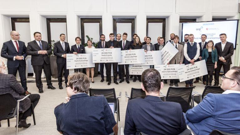 Stażyści i przedstawiciele firm biorących udział w konkursie stażowym / Źródło: ARP