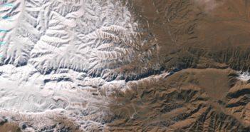 Wycinek zdjęcia Sahary ze śniegiem, wykonany przez Landsat 7 / Credits - NASA Earth Observatory, U.S. Geological Survey, LANCE/EOSDIS Rapid Response