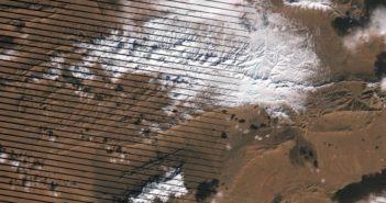 Szersze spojrzenie z orbity na region Ain Sefra z warstwą śniegu / Credits - NASA Earth Observatory, U.S. Geological Survey, LANCE/EOSDIS Rapid Response