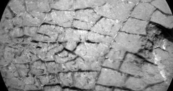 """Zbliżenie na """"popękaną"""" strukturę skał badanych przez MSL w trakcie Sol 1555 / Credits - NASA/JPL-Caltech/LANL"""