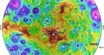 Mapa północnych obszarów Ceres z zaznaczonymi 10 miejscami, gdzie wykryto słabą poświatę od lodu wodnego / Źródło: Nature Astronomy