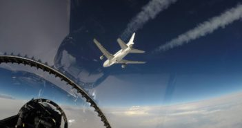 Widok z samolotu F-18 na samolot L-1011 i Pegasusa-XL, przed startem / Credits - NASA/Lori Losey