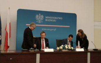 Jan Woerner oraz Mateusz Morawiecki podpisują nową umowę z ESA 12 stycznia 2017 / Credits: Blue Dot Solutions