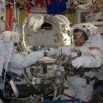 Astronauci Peggy Whitson (po lewej) i Shane Kimbrough przed wyjściem na spacer EVA-38 / Źródło: @Thom_Astro