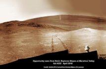 Łazik Opportunity sfotografował przepiękny wir pyłowy na dnie krateru Endeavour tuż za śladami swoich kół wiodącymi od Knudsen Ridge gdzie poszukiwał minerałów zmienionych przez wodę w zamierzchłej przeszłości. Źródło: NASA/JPL/Cornell/Ken Kremer/kenkremer.com