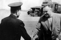 Siergiej Korolow wita się z Jurijem Gagarinem